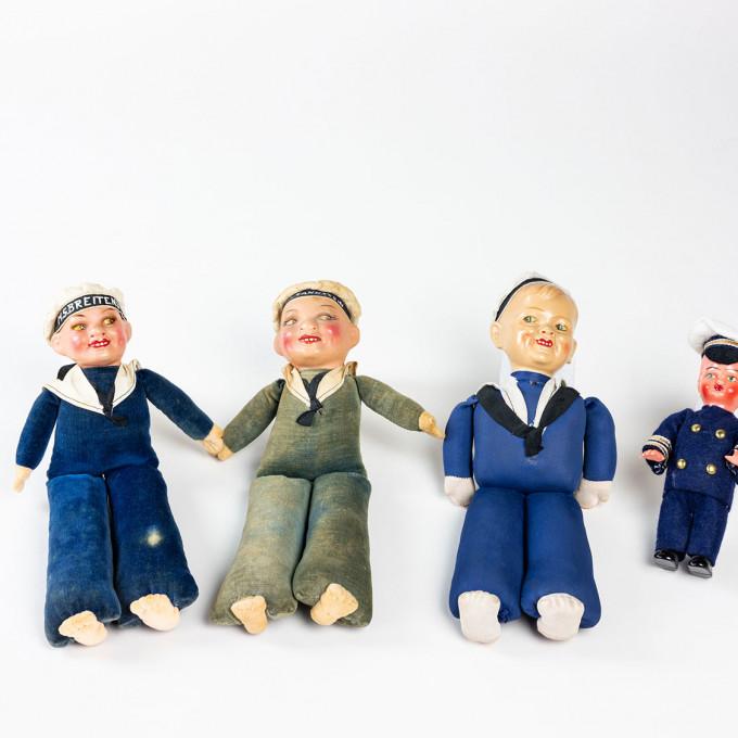"""Puppe in blauer Uniform mit beschrifteter Matrosenmütze """"MS BREITENSTEIN"""""""